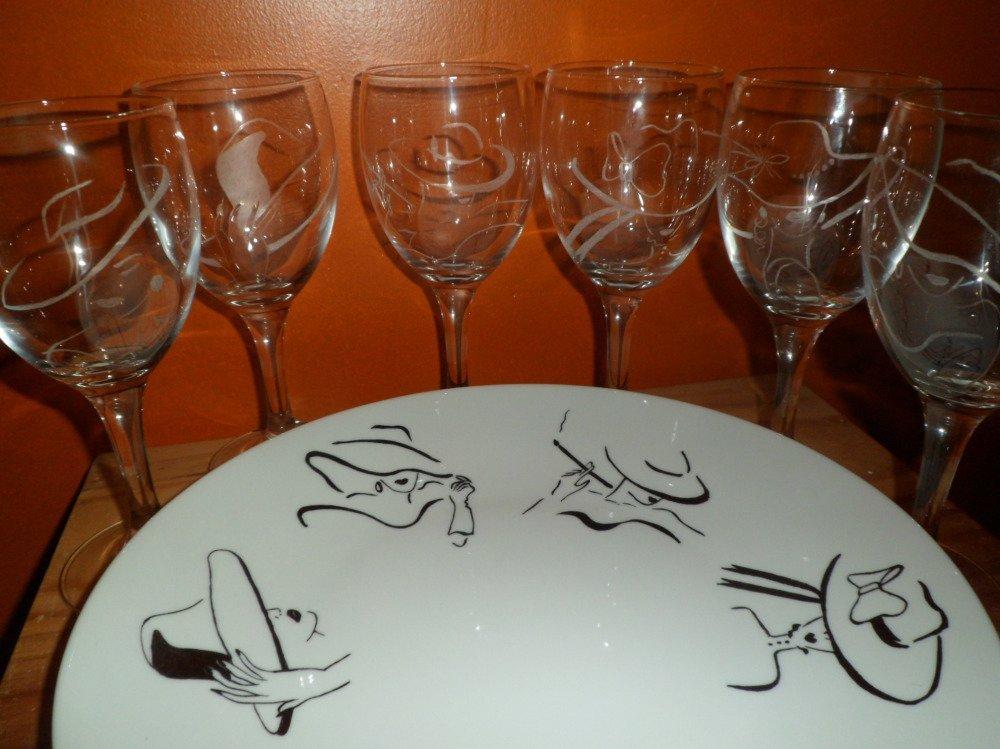 6 verres en gravure sur verre et l'assiette assortie motif tête de femmes