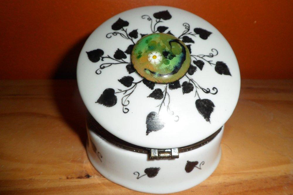 boite à bijoux ou bonbonnière motif lierre avec éméaux sur cuivre, personnalisable