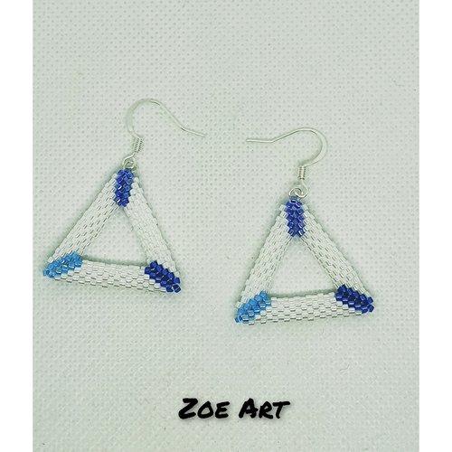"""Boucles d'oreilles """"téa"""" triangle 3d blanc et 3 bleus en perles de verre"""