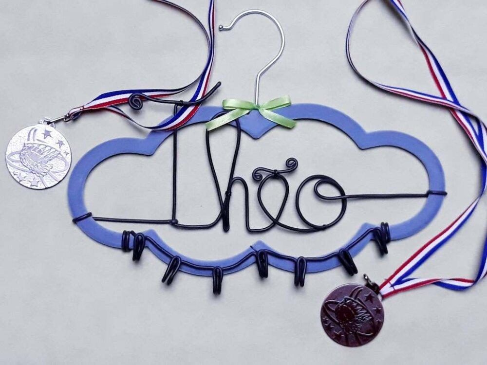 Porte-médailles personnalisé avec prénom, décoration pratique et unique.