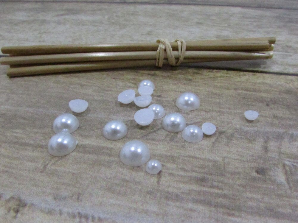 50g demi perle blanche  de 2 à 8 mm +/- 1500 perles en plastique à coller - non adhésive - ref 1.49