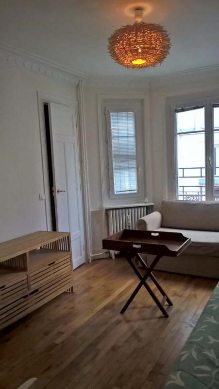 location studio meubl 28 m paris 17e 871. Black Bedroom Furniture Sets. Home Design Ideas