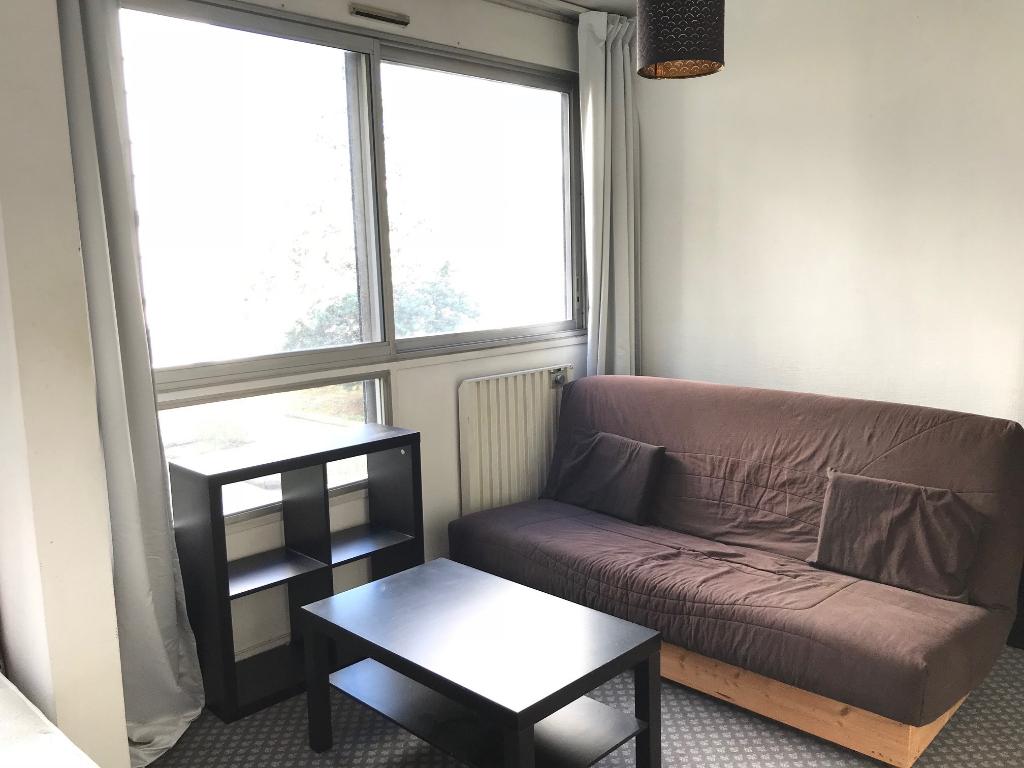 location studio meubl 28 m lyon 3e 640. Black Bedroom Furniture Sets. Home Design Ideas