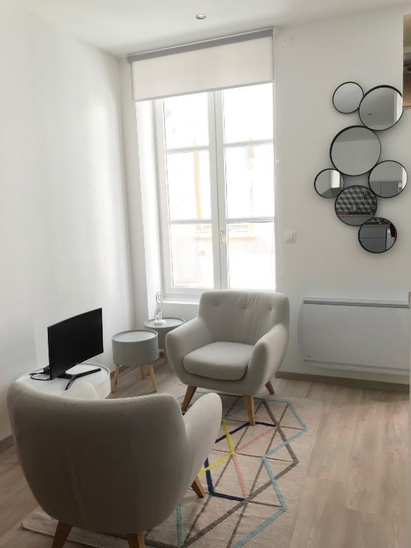 location studio meubl 25 m lyon 6e 725. Black Bedroom Furniture Sets. Home Design Ideas